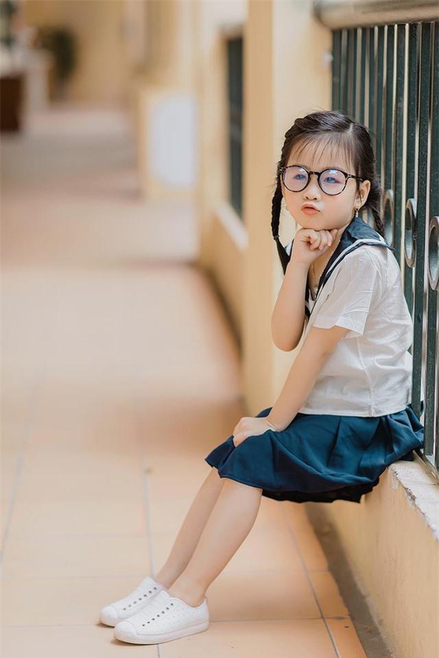 Bé gái 6 tuổi nhí nhảnh, dễ thương với bộ ảnh đồng phục học sinh - 5