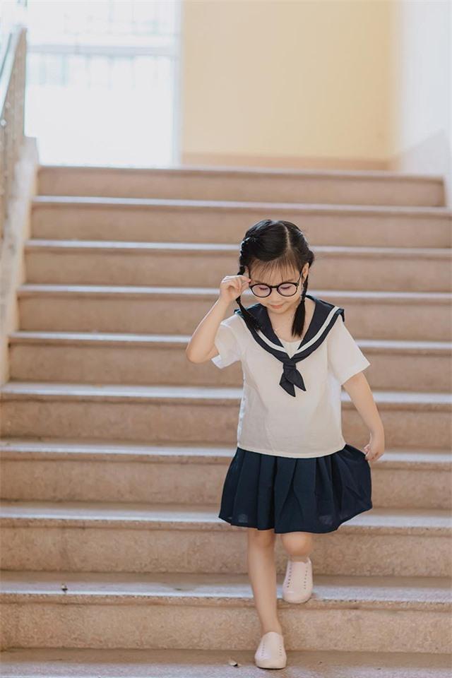 Bé gái 6 tuổi nhí nhảnh, dễ thương với bộ ảnh đồng phục học sinh - 7