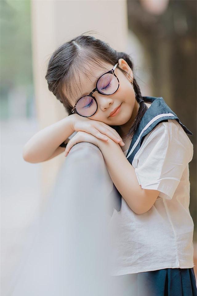 Bé gái 6 tuổi nhí nhảnh, dễ thương với bộ ảnh đồng phục học sinh - 8