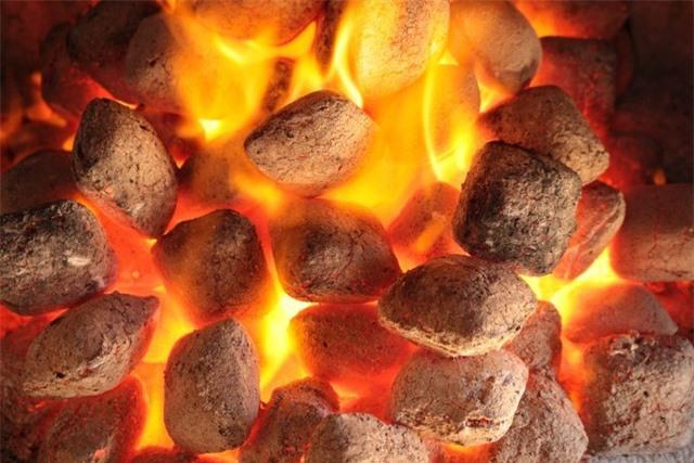 Tưởng thứ vứt đi, nào ngờ đốt hoá than bán lấy tiền triệu - 11
