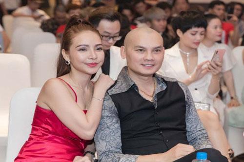 Ngoài việc phản pháo với những bình luận nhằm mục đích bôi nhọ hình ảnh cá nhân, Kim Tử Long còn trực tiếp đăng ảnh vợ con đang sống hạnh phúc cùng mình.