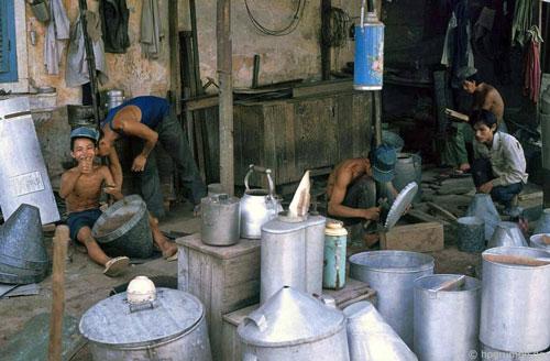 Những người thợ đang sản xuất các sản phẩm gia dụng tại phố cổ Hội An.