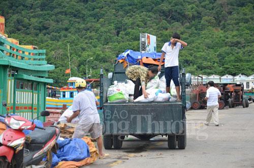 Hàng hóa đưa từ đất liền ra đang được vận chuyển về trung tâm Côn Đảo. (Ảnh: Báo Công Thương)