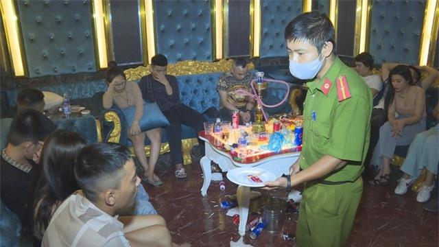 Hàng chục nam nữ thanh niên sử dụng ma túy tại quán karaoke - 1