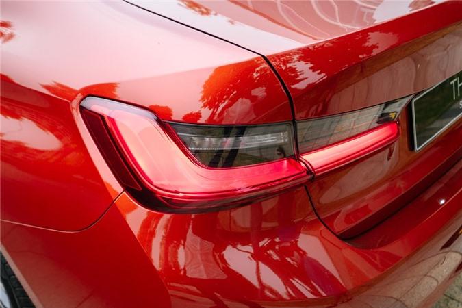 Duoi 2 ty, chon Mercedes-Benz C 200 Exclusive hay BMW 320i Sport Line? hinh anh 7 Cum_den_hau_thiet_ke_3D_tao_hinh_chu_L.jpg