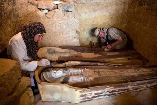 Hai xác ướp trong khu nghĩa trang cổ 4.500 tuổi ở Ai Cập - Ảnh 1.