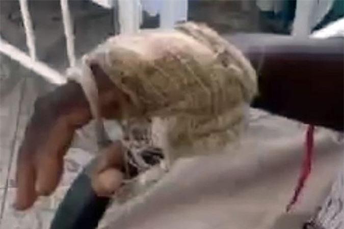 Nhanh trí kẹp ngón tay vào mũi cá sấu, người mẹ cứu sống con - Ảnh 3.