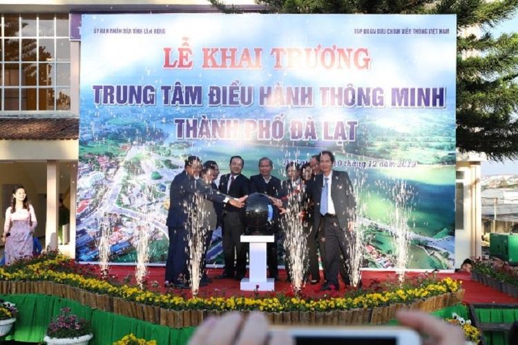 Lãnh đạo Tập đoàn VNPT và lãnh đạo tỉnh Lâm Đồng, TP. Đà Lạt cùng nhấn nút khai trương Trung tâm IOC