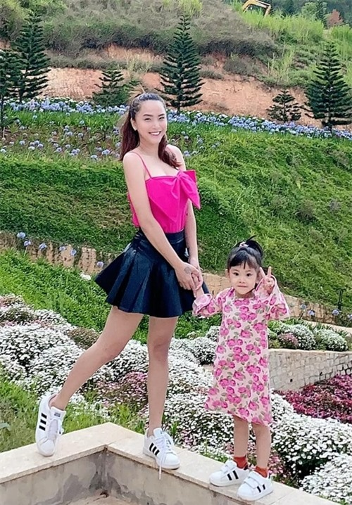 Nữ ca sĩ chọn phong cách ăn mặc trẻ trung, gọn gàng mỗi khi ra đường.
