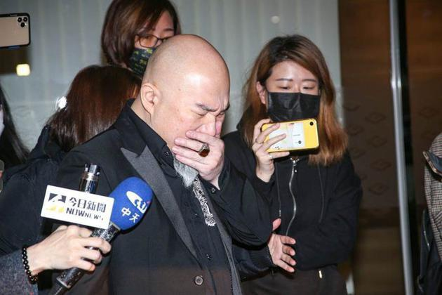 Tân Long vô cùng đau lòng và không thể chấp nhận sự thật vợ - Lưu Chân đã qua đời.