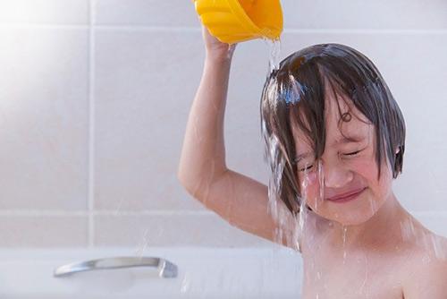 Sau khi đi nắng về, mẹ nên cho bé nghỉ ngơi ít phút, lau mặt và tay chân nhẹ nhàng rồi sau đó mới nên đi tắm.