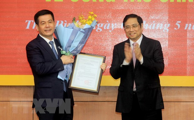 rưởng Ban Tổ chức TƯ Phạm Minh Chính trao quyết định của Bộ Chính trị cho ông Nguyễn Hồng Diên. Ảnh: TTXVN