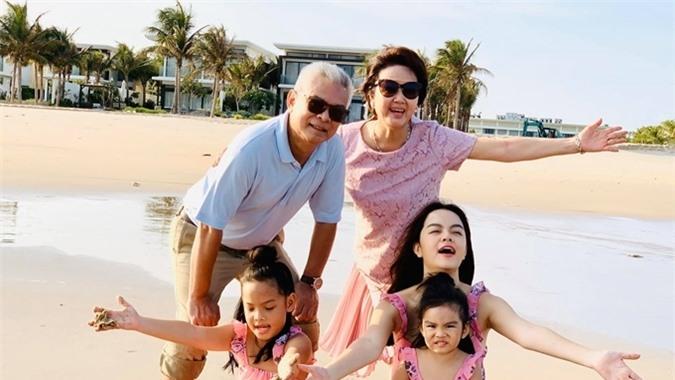 Phạm Quỳnh Anh vừa kết thúc kỳ nghỉ ba ngày tại một resort cao cấp ở ven biển. Cô chia sẻ đã lâu mới có cơ hội đi chơi cùng bố mẹ đẻ và hai con gái nên cảm thấy thời gian trôi nhanh và chẳng muốn vì nhà.