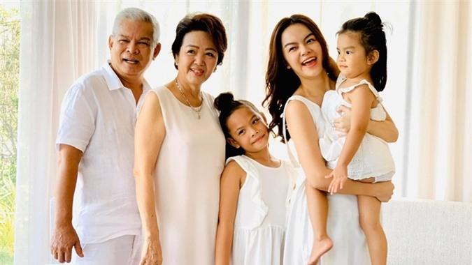 Ca sĩ gốc Hà Nội rạng ngời hạnh phúc bên người thân. Con gái lớn của cô, bé Tuệ Lâm, mang nét đẹp giống bố là nhạc sĩ Quang Huy còn Tuệ An như bản sao của mẹ.