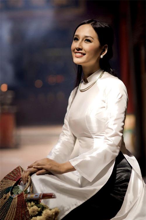 Vẻ đẹp tinh khôi gây thương nhớ của tà áo dài trắng  - Ảnh 10.