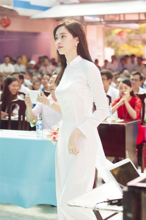 Vẻ đẹp tinh khôi gây thương nhớ của tà áo dài trắng  - Ảnh 3.
