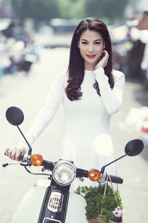 Vẻ đẹp tinh khôi gây thương nhớ của tà áo dài trắng  - Ảnh 8.