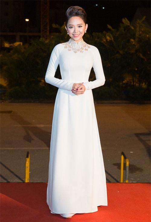 Vẻ đẹp tinh khôi gây thương nhớ của tà áo dài trắng  - Ảnh 9.