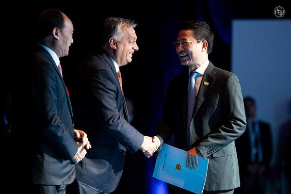 Bộ trưởng Bộ TTTT Nguyễn Mạnh Hùng đã có các cuộc gặp gỡ với lãnh đạo ITU.( Ảnh: ITU)