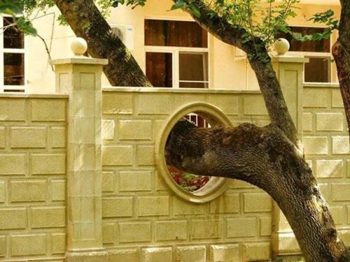 Một ô cửa tròn trên tường rào trổ ra như thế này, vẫn vô cùng duyên dáng…