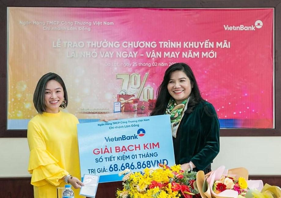 Bà Phạm Thị Vạn Thanh, Giám đốc Vietinbank chi nhánh Lâm Đồng (bên phải) trao thưởng chương trình khuyến mãi cho khách hàng