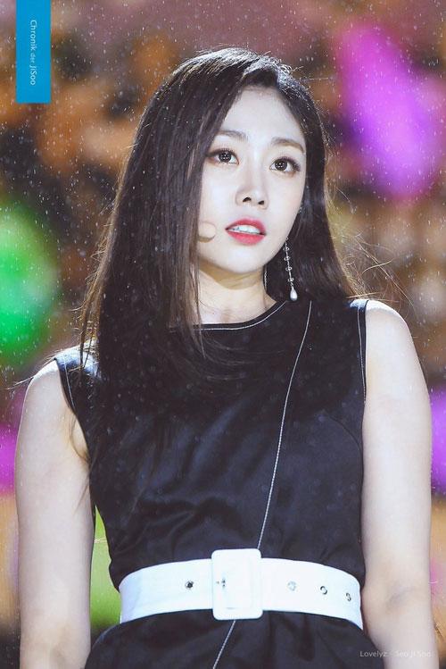 Seo Ji Soo (Lovelyz): Ji Soo của Lovelyz được biết đến là cô gái có đôi mắt một mí đặc trưng, tính cách đáng yêu, ngọt ngào và tràn đầy năng lượng. Tuy nhiên, cô thường bị so kè nhan sắc, tài năng với Ji Soo nhóm Black Pink và dần trở nên lu mờ sau quãng thời gian hoạt động nghệ thuật. Ngoài ra, cô cũng từng dính tới bê bối tình dục đồng giới khiến ảnh hưởng tới hình ảnh và phải tạm xa rời giới giải trí để điều trị tâm lý.