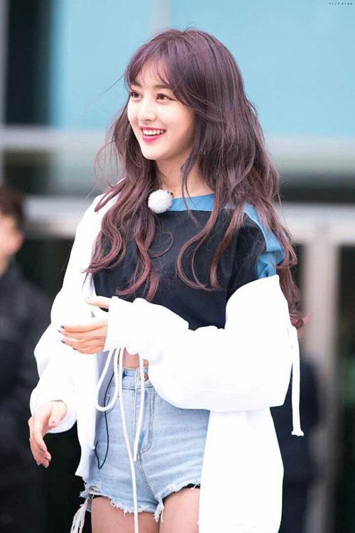Ji Hyo (Park Ji Soo- TWICE): Ji Hyo nổi tiếng với quá trình biến đổi nhan sắc nhờ giảm cân. Thời tham gia show Sixteen, cô vẫn còn là một cô gái mũm mĩm, bị chê là ''lỗ hổng visual'' của nhóm. Tuy nhiên, sau quá trình chăm chỉ cải thiện vóc dáng, Ji Hyo lột xác hoàn toàn. Cô tự tin khoe thân hình thon gọn, sexy và khỏe khoắn trên sân khấu, góp phần không nhỏ giúp TWICE trở thành cái tên hàng đầu của nền âm nhạc Hàn Quốc hiện nay.