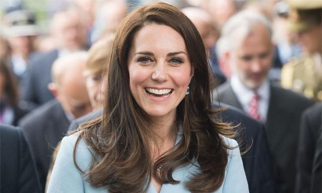Được Nữ hoàng tặng quà đặc biệt nhưng lại bị Meghan 'cướp sóng' dịp kỷ niệm 9 năm ngày cưới, Kate có màn đáp trả khôn ngoan 2