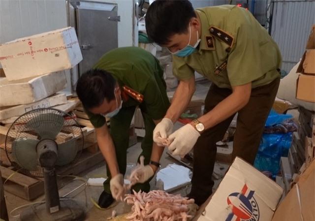"""Hà Nội: Khám phá thủ đoạn """"ẩn giấu"""" 6 tấn thực phẩm bẩn trong kho lạnh ở Hà Nội"""