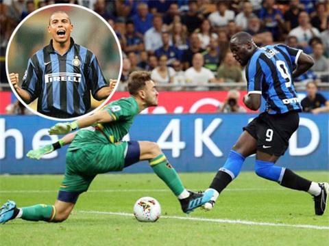 """Lukaku (phải) đã có 23 bàn thắng ở mùa này, kém Rô """"béo"""" (ảnh nhỏ) 11 bàn ở mùa đầu tại Inter (1997/98)"""
