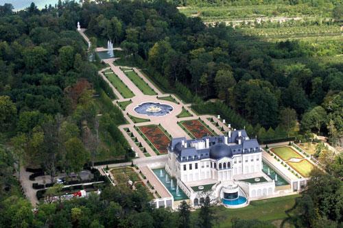 Vào năm 2015, người thừa kế của vương quốc Ả Rập Xê-út Mohammed bin Salman đã chi ra gần 300 triệu USD để mua tòa nhà lâu đài ở Louveciennes, gần Versailles (Pháp). Lâu đài được xây dựng theo phong cách cổ của kiến trúc Pháp thế kỷ XVII.