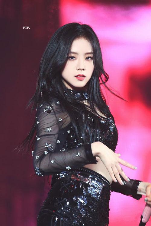 """Ji Soo (Kim Ji Soo- Black Pink): Ji Soo được xem là một trong những nữ thần thế hệ 3 và thường có mặt trong nhiều bảng xếp hạng nhan sắc. Bên cạnh đó, cô còn sở hữu chất giọng đặc biệt, tính cách đáng yêu và sôi nổi. Ji Soo luôn tràn đầy năng lượng và được các thành viên coi như """"vitamin"""" của nhóm vì luôn bên cạnh động viên mọi người."""