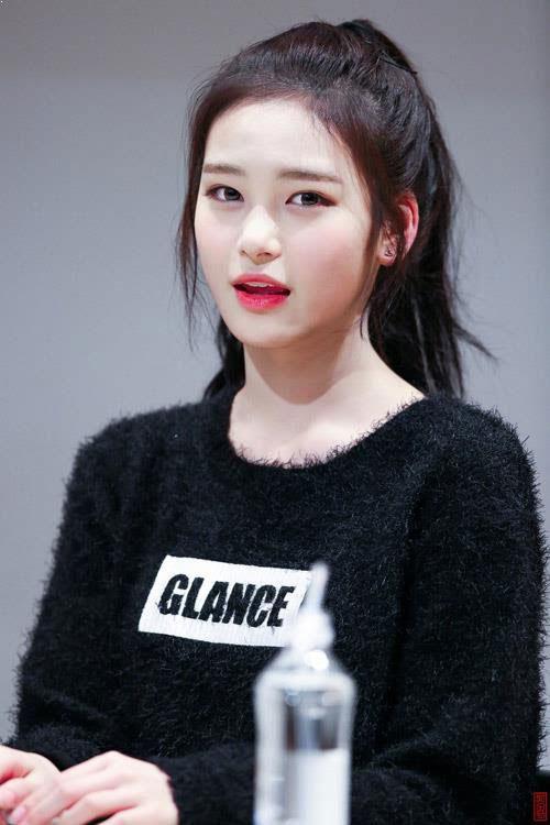 Jeong Ji Soo (Buster): Ji Soo sinh năm 2003. Khi mới 15 tuổi, cô đã cao tới 1,71 m. Nữ thần tượng gây chú ý vì mang vẻ đẹp sắc nét. Cô sở hữu khuôn mặt thanh thoát với mắt hai mí to tròn, sống mũi thẳng và đôi môi căng mịn. Trong một chương trình, Ji Soo đã được đo tỷ lệ cơ thể và cho ra kết quả là 1:7.5, kích cỡ đầu nhỏ, đúng thị hiếu của khán giả Hàn. Nữ thần tượng cũng được khen ngợi có đôi mắt sâu, khiến khuôn mặt cô trông có hồn, sắc nét và được kỳ vọng sẽ còn tiến xa trong tương lai.