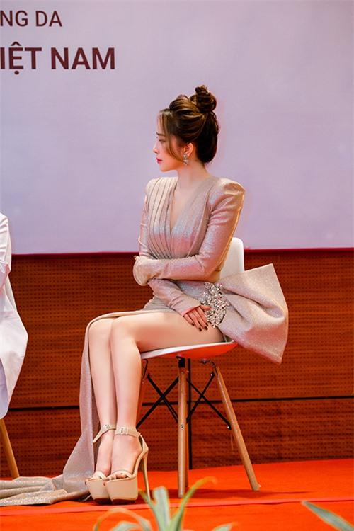 Ngoài bộ đầm táo bạo, Quỳnh Nga hoàn thiện phong cách bằng đôi dép cao gót 15 cm trong ngày trở lại.