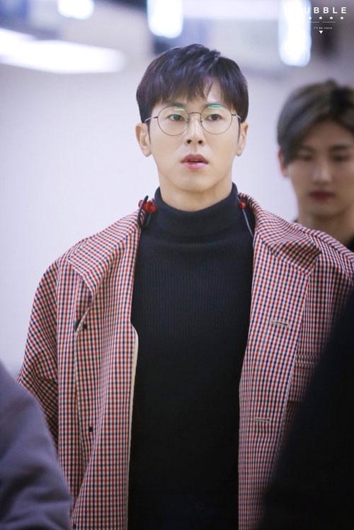 """Căn hộ mỹ nam 34 tuổi tọa lạc ở khu Seocho-dong, Seoul. Nó thực sự đã nhận được rất nhiều sự chú ý khi Yunho tiết lộ kiểu nội thất kiểu cổ điển, giản dị và mang phong cách """"ông bà anh"""" trên chương trình truyền hình I Live Alone đài MBC."""