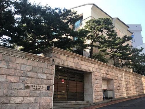 """Nam thần tượng """"quái thú"""" đã đấu giá thành công một phần sở hữu của mình trong tòa nhà với giá 2 triệu USD, nhưng tổng thể thì có giá trung bình 3,2 triệu USD (61 tỷ đồng)."""