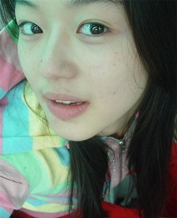 Không thể tin nổi đây là ảnh mặt mộc 100% của 'mợ chảnh' Jeon Ji Hyun thời trẻ: Da lấm tấm tàn nhang vẫn đẹp không thốt nên lời 2