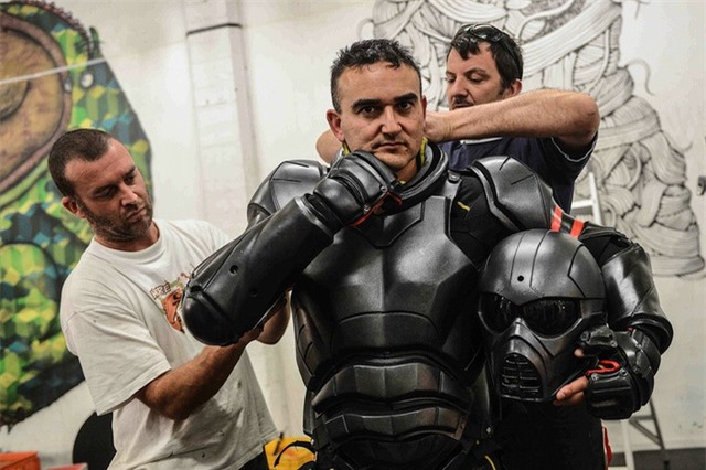 Một võ sĩ của giải đấu Unified Weapons Master đang mặc bộ giáp.