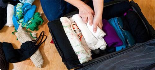 Lưu ý cần nhớ khi đựng quần áo trên kệ hay vali - 2
