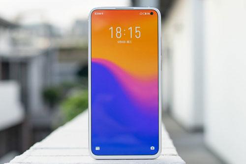 Meizu 17 Pro được trang bị tấm nền màn hình Super AMOLED kích thước 6,6 inch, độ phân giải Full HD Plus (2.340x1.080 pixel), mật độ điểm ảnh 390 ppi. Màn hình này được chia theo tỷ lệ 19,5:9, tần số quét 90 Hz, độ sáng tối đa 700 nit, tích hợp công nghệ HDR10 Plus, chiếm 92,2% diện tích mặt trước.