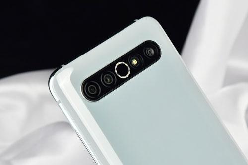Camera sau của Meizu 17 Pro gồm cảm biến chính 64 MP, khẩu độ f/1.8 cho khả năng lấy nét theo pha. Ống kính thứ hai 32 MP, f/2.2 với góc rộng 129 độ. Ống kính tele 8 MP, f/2.4 giúp zoom quang học 3x và cảm biến Samsung S5K33D ToF với khẩu độ f/1.4. Máy được trang bị 5 đèn flash LED 2 tông màu, bố trí theo hình tròn, quay video 4K tốc độ 30 khung hình/giây.