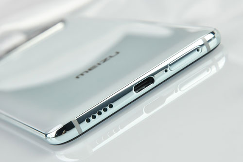 Dung lượng pin của Meizu 17 Pro là 4.500 mAh, tích hợp công nghệ sạc nhanh Super mCharge với nguồn ra 30W. Nhờ vậy, nó chỉ mất 30 phút để sạc từ 0-45%. Bên cạnh đó, 17 Pro còn hỗ trợ sạc nhanh không dây với nguồn ra 27W.