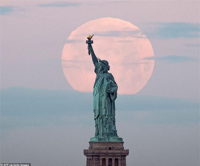Ngất ngây trước vẻ đẹp của siêu trăng trên khắp thế giới - 3
