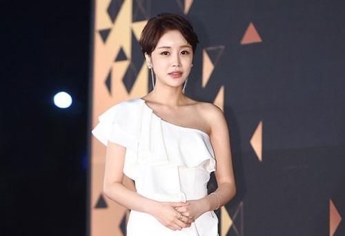 """Sự việc bị đẩy đi quá xa khiến Yoon Jin Yi phải nhờ cậy đài SBS giải quyết các bình luận ác ý trên Instagram. Cô đáp trả cư dân mạng rằng: """"Diễn xuất suy cho cùng cũng chỉ là diễn xuất. Jang Da Ya suy cho cùng chỉ là nhân vật trong một bộ phim truyền hình mà thôi.Tôi sẽ báo cáo tất cả các bình luận khiếm nhã mà mọi người viết trên trang cá nhân của tôi""""."""