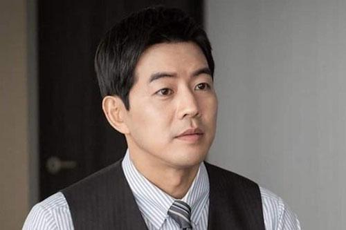 Lee Sang Yoon: Tài tử 39 tuổi đảm nhận vai nam chính Park Sung Joon trong bộ phim VIP (Vị khách VIP), lên sóng vào cuối năm ngoái. Nhân vật của anh có sự nghiệp thành công, gia đình êm ấm bên người vợ Na Jung Sun (Jang Nara) xinh đẹp, tài giỏi. Song, Park Sung Joon lại tự mình đạp đổ hạnh phúc bằng việc ngoại tình với chính đồng nghiệp trong công ty của anh và Na Jung Sun. Sự phản bội và nét tính cách nhu nhược, hèn nhát của nhân vật nói trên trở thành cái gai trong mắt người hâm mộ bộ phim.