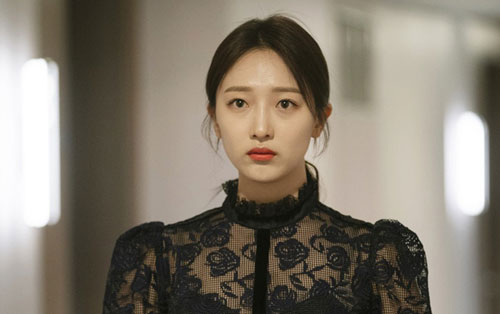 """Pyo Ye Jin: Nữ diễn viên 28 tuổi cũng rơi vào cảnh ngộ tương tự Lee Sang Yoon. Người đẹp hóa thân thành """"tiểu tam"""" Oh Yoo Ri - người tình bí mật của Park Sung Joon ở VIP. Nhân vật này bị ghét vì sự trơ tráo, vô ơn, khi cướp chồng của ân nhân Na Jung Sun mà không hề cảm thấy hối lỗi, còn hết lần này đến lần khác tỏ vẻ đáng thương, giả vờ yếu đuối."""