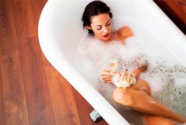 Khi vào phòng tắm bạn sẽ làm điều gì trước tiên?