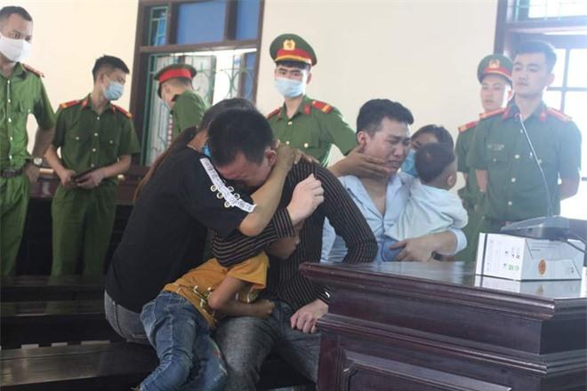2 bị cáo 9x ôm vợ con khóc nức nở sau khi bị tuyên án tử hình - Ảnh 1.
