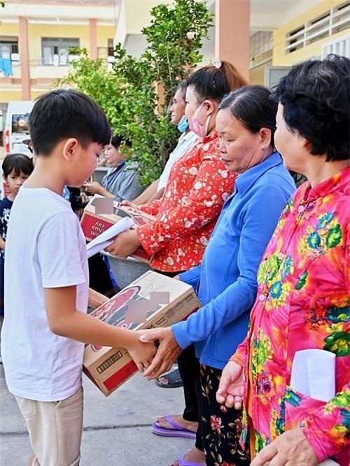 Em tận tay trao các phần quà cho các hoàn cảnh khó khăn tại huyện Châu Thành và huyện Thủ Thừa, tỉnh Long An. Mỗi phần quà gồm: mỳ gói, gạo, các nhu yếu phẩm và tiền mặt.