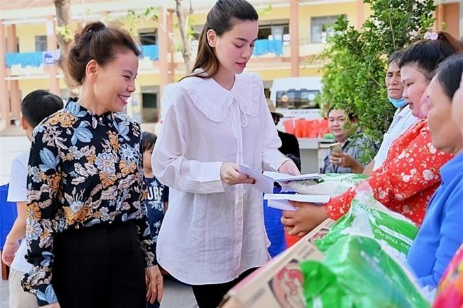 Mẹ của Hồ Ngọc Hà luôn đồng hành con gái trong các hoạt động thiện nguyện.